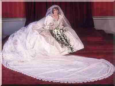 Авторами шедевра стали маловідомі англійські дизайнери Девід і Елізабет  Емануель. Весільна сукня кольору слонової кістки з пишними повітряними  рукавами було ... cd17b88612bd3
