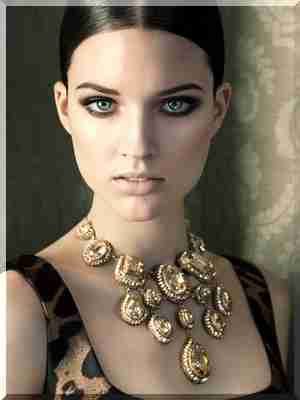 Co biżuteria jest teraz w modzie: zasady noszenia biżuterii